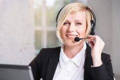 Lächelnder Kundenkontaktcenterbediener stockfoto
