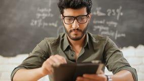 Lächelnder Lehrer mit Tablette stock video