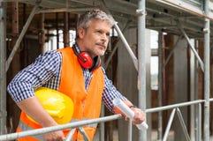 Lächelnder männlicher Bauarbeiter Stockbild