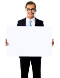 Lächelnder männlicher Bediener mit unbelegter Anschlagtafel Stockfotografie