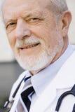 Lächelnder männlicher Doktor stockfotografie