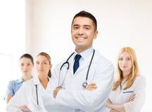 Lächelnder männlicher Doktor im weißen Mantel am Krankenhaus stockfotos