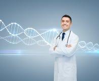 Lächelnder männlicher Doktor im weißen Mantel und in DNA-Molekül lizenzfreie stockbilder