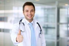 Lächelnder männlicher Doktor mit dem Daumen oben Stockbild