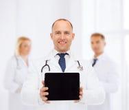 Lächelnder männlicher Doktor mit Stethoskop- und Tabletten-PC Stockfoto