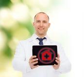 Lächelnder männlicher Doktor mit Tabletten-PC Stockfoto
