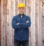 Lächelnder männlicher Erbauer oder Arbeiter im Sturzhelm Lizenzfreies Stockfoto