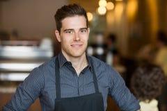 Lächelnder männlicher Inhaber im Café stockfotos