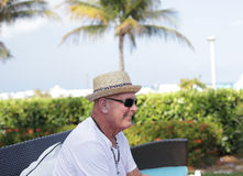 Lächelnder Mann auf Strand Stockbilder