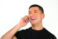 Lächelnder Mann, der auf Handy spricht Lizenzfreie Stockbilder