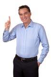 Lächelnder Mann, der aufwärts zeigt stockfotografie