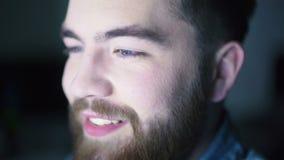 Lächelnder Mann, der Computer verwendet stock footage