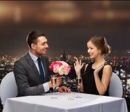 Lächelnder Mann, der der Frau Blumenblumenstrauß gibt Stockbilder