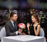 Lächelnder Mann, der der Frau Blumenblumenstrauß gibt Lizenzfreie Stockfotografie