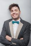 Lächelnder Mann, der die Kamera betrachtet lizenzfreie stockfotos