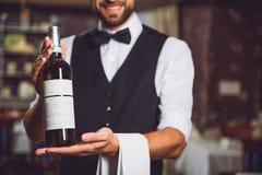 Lächelnder Mann, der Flasche mit Alkohol hält Lizenzfreies Stockfoto