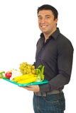 Lächelnder Mann, der gesunde Nahrung anhält Stockfoto