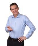 Lächelnder Mann, der schalenförmige Hand Vorwärts anhält stockbild