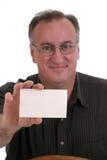 Lächelnder Mann, der unbelegte Karte anhält stockbild