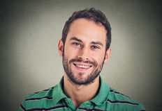 Lächelnder Mann des Headshot, kreativer Fachmann Stockfotos
