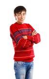 Lächelnder Mann in gestreifter Strickjacke Stockbilder