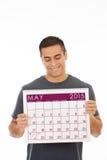 Lächelnder Mann hält Kalender im Mai 2015 Lizenzfreies Stockfoto