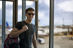 Lächelnder Mann im Flughafen stockbild