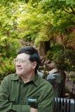 Lächelnder Mann im Garten stockfotografie