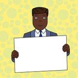 Lächelnder Mann im Gesellschaftsanzug, der großes leeres Plakat-Brett vor selbst mit beiden Händen hält Kreativer Hintergrund-Rau stock abbildung