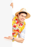 Lächelnder Mann im traditionellen Kostüm gestikulierend mit seiner Hand auf a Stockbilder