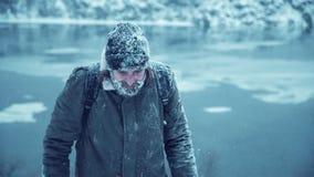 Lächelnder Mann mit Bart im Schnee stock footage