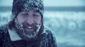 Lächelnder Mann mit Bart im Schnee stock video footage
