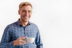 Lächelnder Mann mit einem Tasse Kaffee Stockbilder