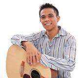 Lächelnder Mann mit Gitarre lizenzfreie stockfotografie