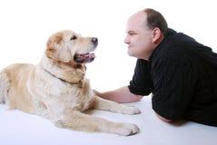 Lächelnder Mann mit goldenem Apportierhund Lizenzfreie Stockbilder