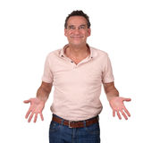 Lächelnder Mann mit käsiger Grinsen-Holding übergibt vorwärts Lizenzfreie Stockfotos