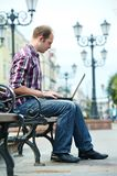 Lächelnder Mann mit Laptop Lizenzfreies Stockbild