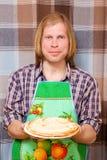 Lächelnder Mann mit Pfannkuchen Stockfoto
