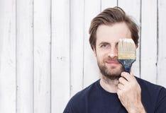 Lächelnder Mann mit Pinsel - Erneuerung Lizenzfreie Stockbilder