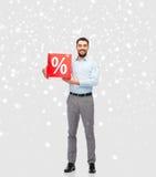 Lächelnder Mann mit rotem Prozentsatz unterzeichnen vorbei Schnee Lizenzfreie Stockbilder