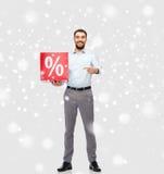 Lächelnder Mann mit rotem Prozentsatz unterzeichnen vorbei Schnee Lizenzfreies Stockfoto