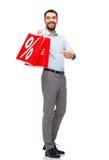 Lächelnder Mann mit roter Einkaufstasche Stockfoto
