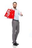Lächelnder Mann mit roter Einkaufstasche Stockbild