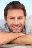 Lächelnder Mann mit Stubble lizenzfreies stockbild