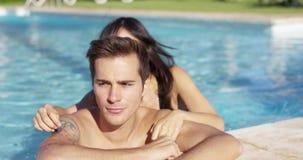 Lächelnder Mann mit Tätowierung wird von der Freundin gestreichelt stock video footage