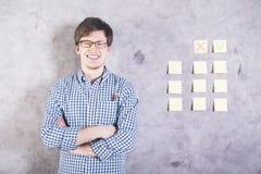 Lächelnder Mann nahe bei Aufklebern Lizenzfreie Stockfotografie