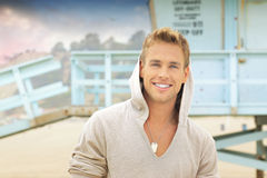 Lächelnder Mann am Strand Stockfoto