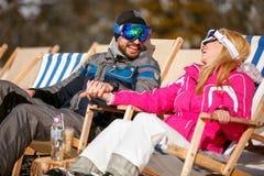 Lächelnder Mann und Frau, die zusammen in der Sonne an den Bergen genießen Lizenzfreie Stockbilder