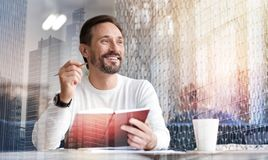 Lächelnder Mann, welche nach Inspiration beim Schreiben von Gedichten sucht stockbilder