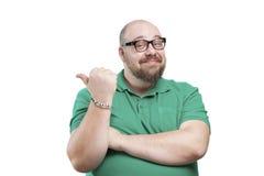 Lächelnder Mann zeigt der Seite seinen Finger Stockfoto